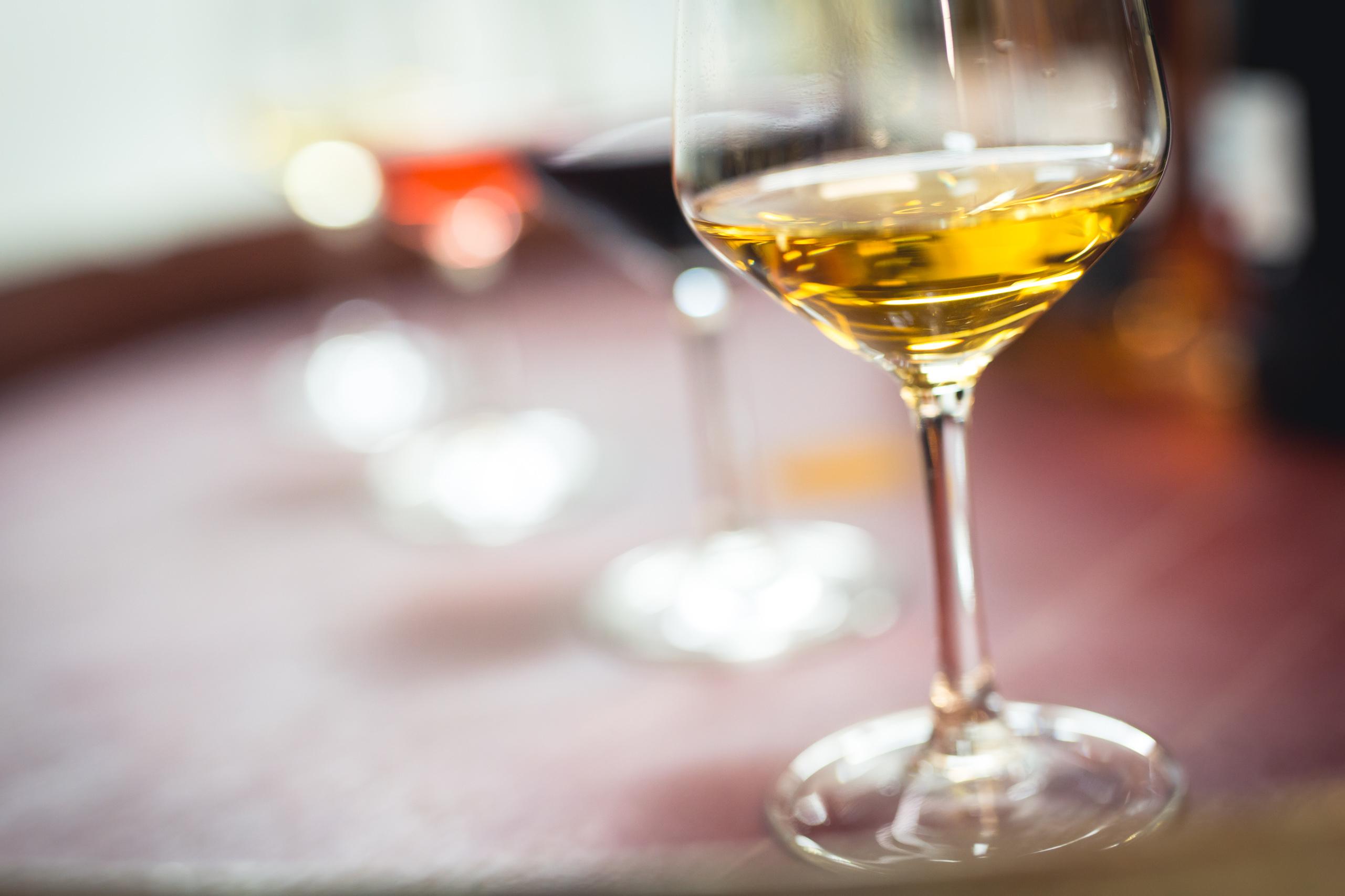 Un verre de vin blanc, un verre de rosé et un verre de vin rouge